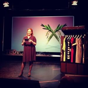 Her er jeg på scenen for at introducere Stine Skytte Østergaard og Resecond kjole-bytte-bixen - billedet er taget af Hanne Klintøe